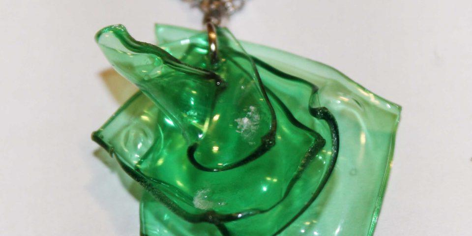 collar reciclando botellas de plástico