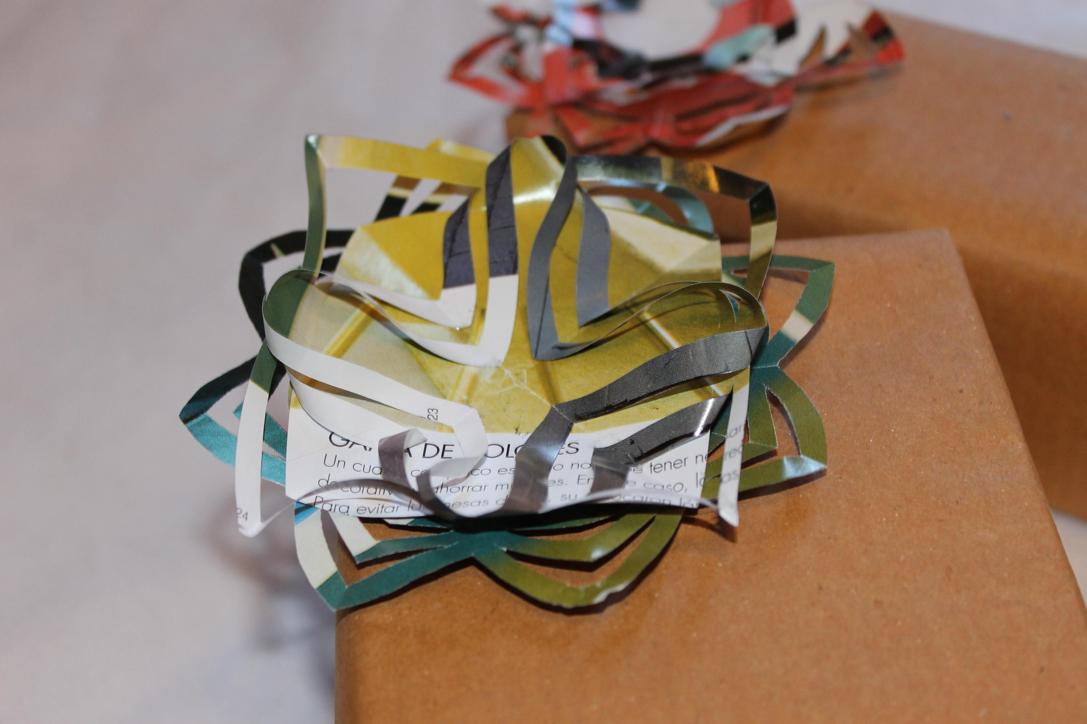Originales flores de papel hechas con revistas