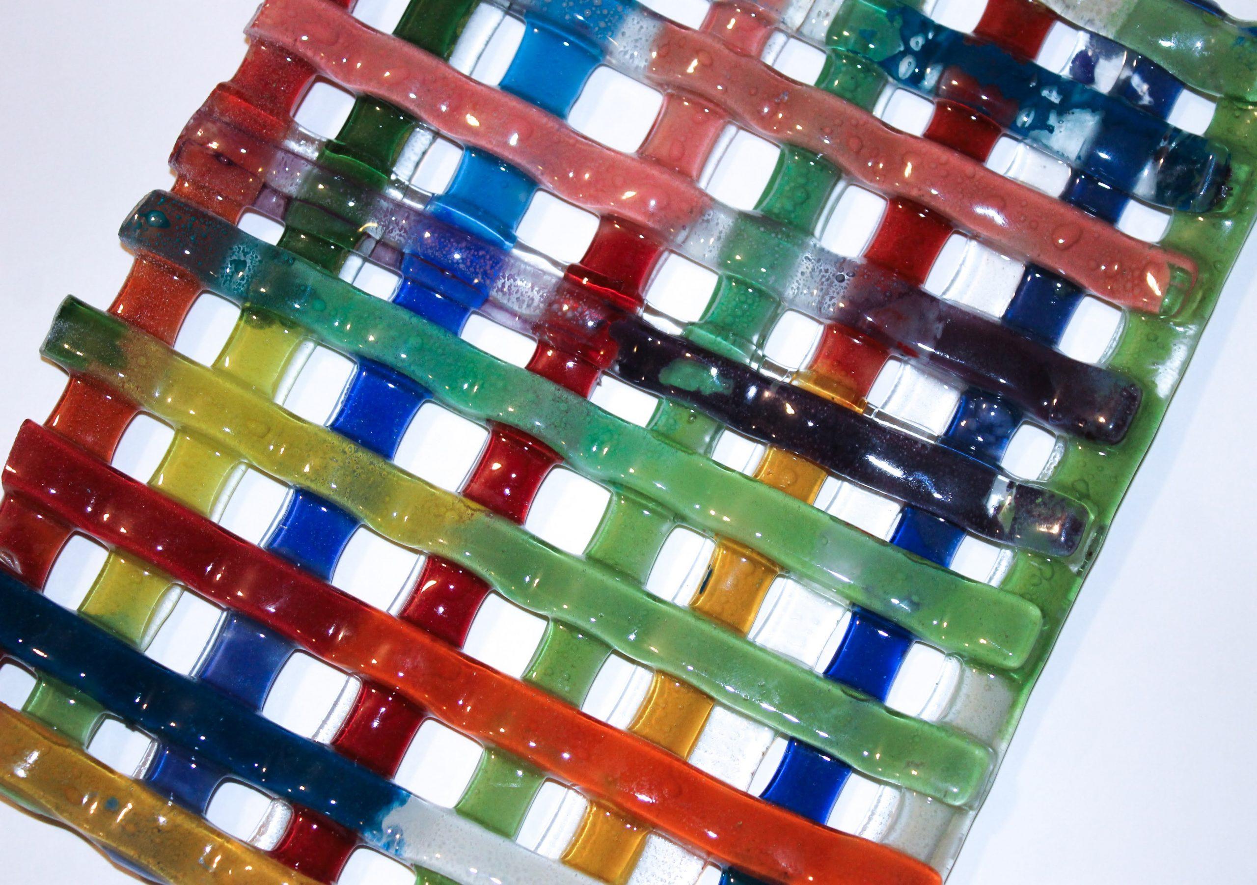 Plato enrejado en vitrofusión multicolor